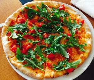 Pizza rucola e pomodorini freschi